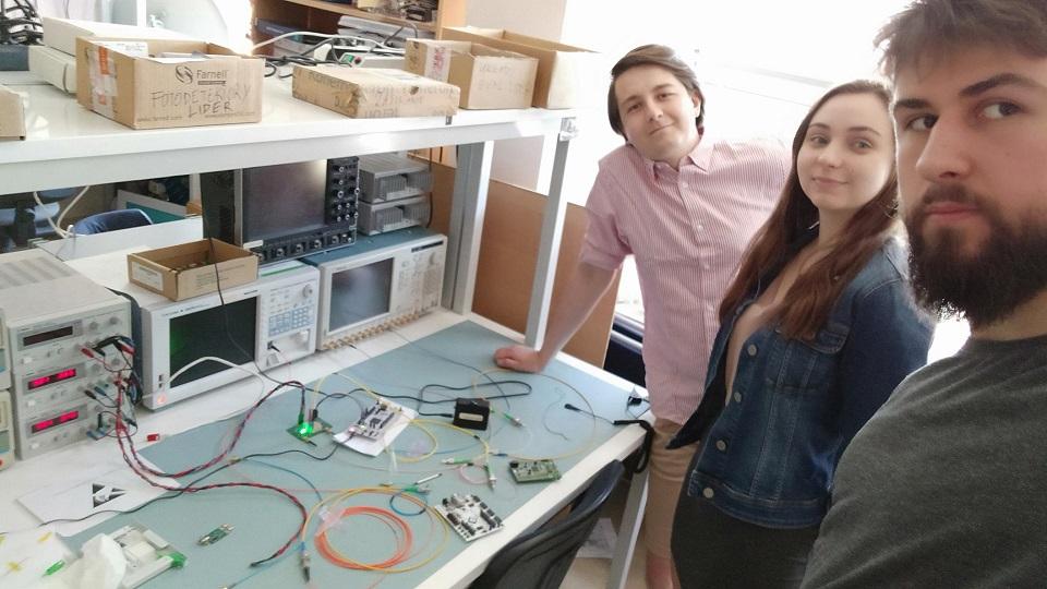 Zdjęcie studentów z FiberTeam w tracie prac nad projektem