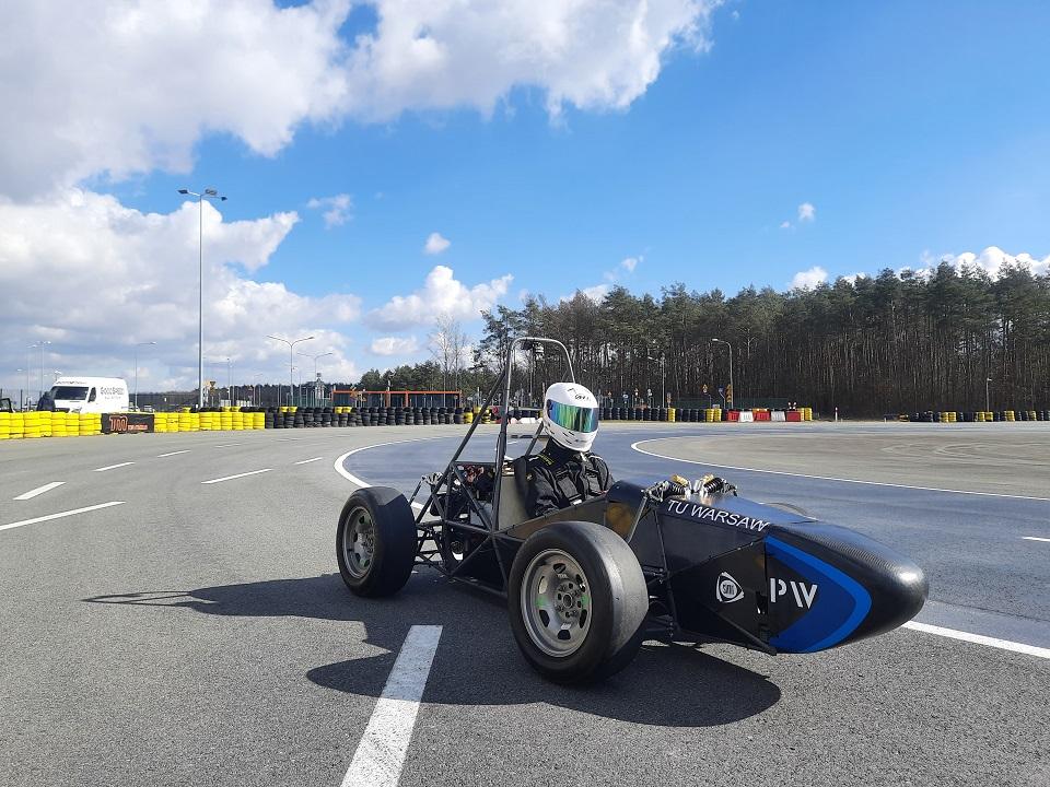 Zdjęcie bolidu elektrycznego w trakcie testów na torze